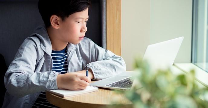 Một HS đang học trực tuyến.