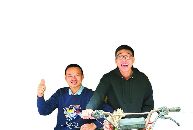 Ông chủ quán tái chế (bên trái)