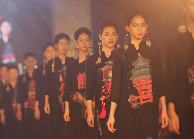 Bộ áo dài trong BST của NTK Cao Duy lấy cảm hứng từ những kỳ quan của đất nước Trung Quốc (Ảnh: Việt Anh Nguyễn).