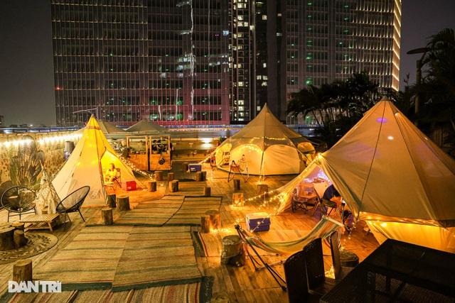 Người Hà Nội chi tiền triệu cắm trại trên nóc tòa nhà cao tầng - 7