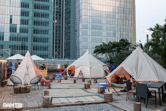 Người Hà Nội chi tiền triệu cắm trại trên nóc tòa nhà cao tầng - 1
